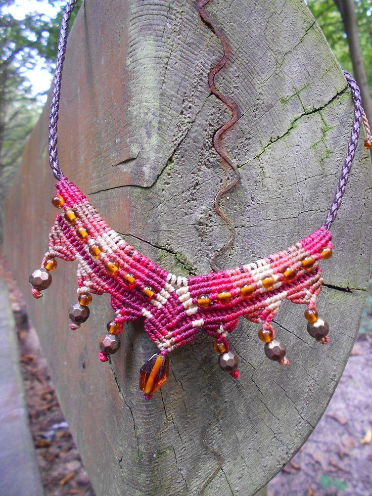 Collier tissé en Macramé avec des perles en verre : Collier par Macramundi. 23 euros, livraison en France offerte.