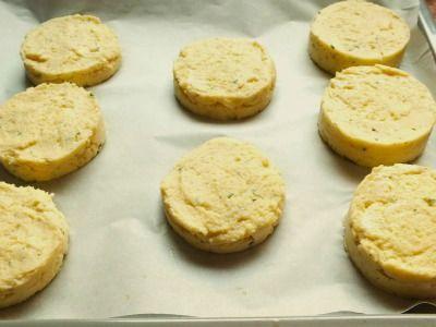 Gli hamburger di patate sono un secondo piatto vegetariano molto saporito a base di patate e ricotta con un cuore filante di mozzarella