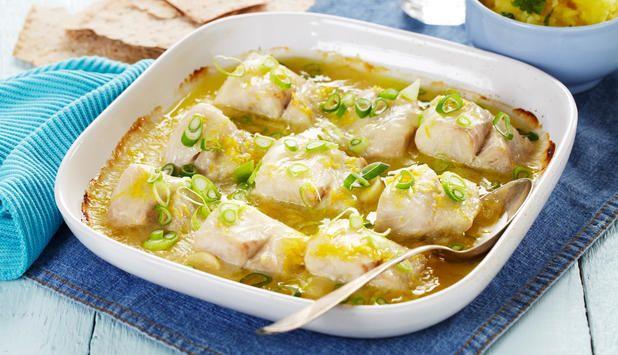 Ovnsbakt fisk er enkelt å lage, og kan varieres på tusen forskjellige vis. I denne oppskriften er sei bakt med en frisk saus og servert med kokte poteter og flatbrød.
