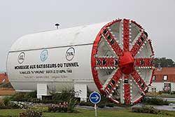 Tunnelbohrmaschine zur Erinnerung an den Eurotunnelbau in Coquelles, Frankreich