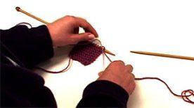 Μετά την τόση εξάσκηση στο πλέξιμο, θα έρθει η ώρα που το κουβάρι σου θα τελειώσει ή θα το βαρεθείς και θα θέλεις να το αλλάξεις. Πως γίνεται αυτό; Η Ελίνα θα σου δείξει δύο τρόπους προσθήκης κουβαριού. . Ετικέτεςαλλαγή, κόμπος, κουβάρι, νήμα, πλέξιμο, ρίγες