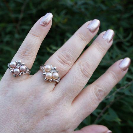 Vaaleanpunaisia makeanveden helmiä