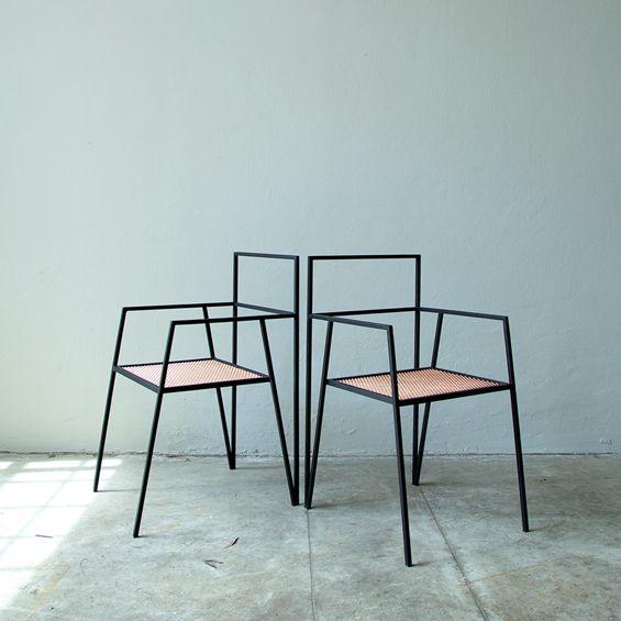Imaginée par le studio de design argentin RIES, Alpina est une collection de mobilier minimaliste à la géométrie anguleuse. La collection semble occuper l'espace non pas par des volumes mais par une série de plans et de vecteurs. ...