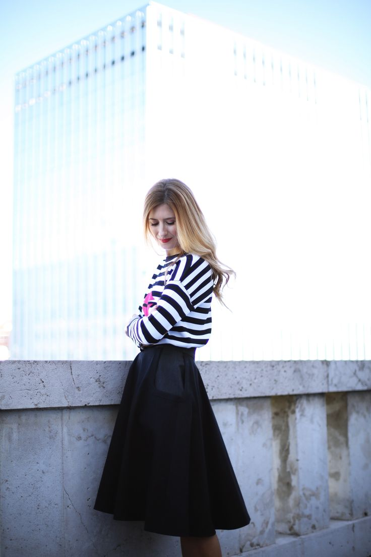 Trendy Look. Look Colección Kiss Kiss Trucco. A trendy life. #trendy #chic #midiskirt #faldamidi #strippedtop #jerseyrayas #redshoes #nicolasvaudelet #kisskiss #trucco #outfit #fashionblogger #atrendylife www.atrendylifestyle.com