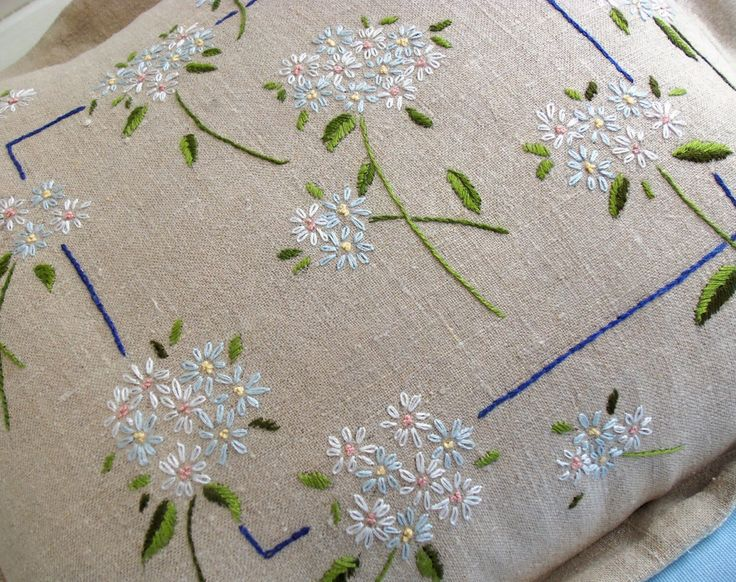 Embroidered Daisies Pillow Pattern Instant Download di BustleandSew su Etsy https://www.etsy.com/it/listing/155374575/embroidered-daisies-pillow-pattern