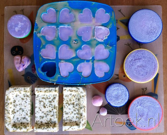 Zelf zeep maken met natronloog en zonnebloemolie.