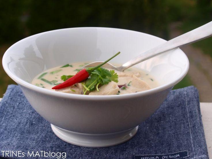 Thom kha gai er en klassisk thailandsk rett som består av kylling (gai) og en utrolig smaksrik og nydelig suppe som ikke kan beskrives med ord, men må smakes og nytes med andakt! Den er relativt ra…