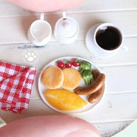 『パンケーキで朝食を』 パンケーキが続きますが、ちょっと気分を変えてお食事系を作ってみました🍴 朝食にいかがですか? 都合によりお皿のサイズを15mmにしているのでちょっとぎゅうぎゅうです😅 1/12サイズ #ミニチュア #ミニチュアフード #フェイクフード #朝食 #おうちカフェ #パンケーキ #オムレツ #ソーセージ #ブロッコリー #ミニトマト #ハンドメイド #樹脂粘土 #miniature #miniaturefood #pancake #breakfast #dollhouse #誰と食べようか