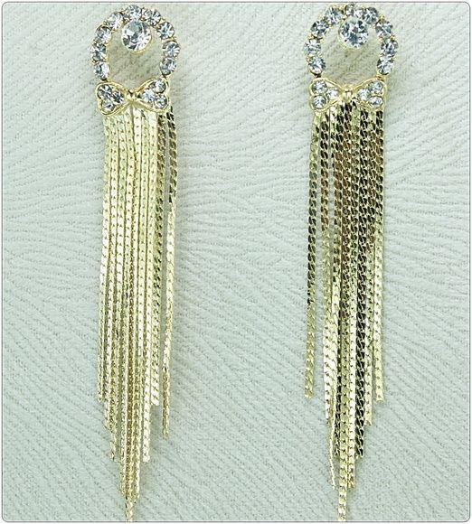 Confeccionado:    Peças metalizadas texturizadas douradas,  32 strass legítimos transparentes, franjas texturizadas douradas. R$ 29,90