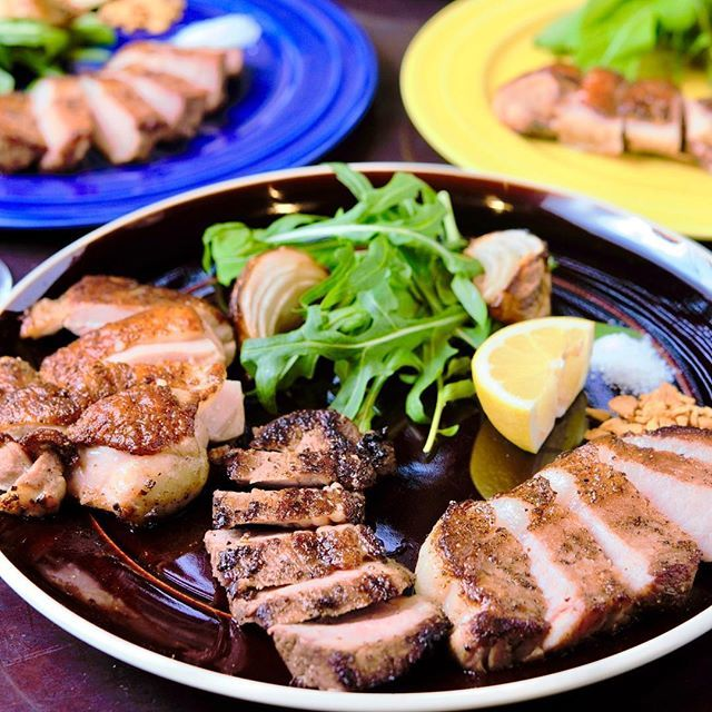 𓈓 こんにちは❁︎ お盆休みいかがお過ごしですか? 𓈓 ご家族そろってブルのお肉フェア食べに来てください〜༾( ˙ᐜ˙ )༿ 𓈓 夏といえば、肉!肉! 国産牛、イベリコ豚、三河あかどりのジューシーグリルプレートご用意しております👨🍳 𓈓 1種盛り、2種盛り、3種盛りでお好きなお肉をチョイス! 3種類とも牛でも、牛豚鶏それぞれでもOK! ガーリックチップまたはイタリアの塩でお召し上がりください^ ^ 𓈓 あかどり 1,100円、イベリコ豚 1,200円、国産牛 1,300円 2種盛り 2,200円、3種盛り 2,980円 ※税抜 𓈓 15時以降の夜メニュー!コースでもチョイスできます☆ ビールのお供にどうでしょう🍺 𓈓 #pizzeriablu #blu #pizzeria #italian #meat #dinner #ピッツェリアブル #ブル #肉フェア #お気軽コース #肉 #安城 #パンのトラ横 #ディナー #イタリアン #ピッツェリア