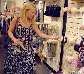 MAGMAG BY ALLEE-CENTER MAGDEBURG Wer die Wahl hat … Luisa forstet zielstrebig durch das Angebot. Sie weiß, was sie möchte und was ihr gut steht.  Das Magazin für Magdeburg https://mag-mag.de/midsummer-shopping-mit-luisa/ #MagMag #Magazin #Magdeburg #Outfit #Shopping
