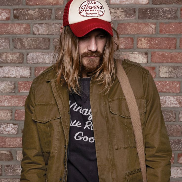 Vintage rock and roll look: pair a green over-shirt, a cool printed tee and a red and white trucker cap | JACK & JONES