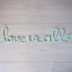 """""""love is all"""" en fil de fer et tricotin"""