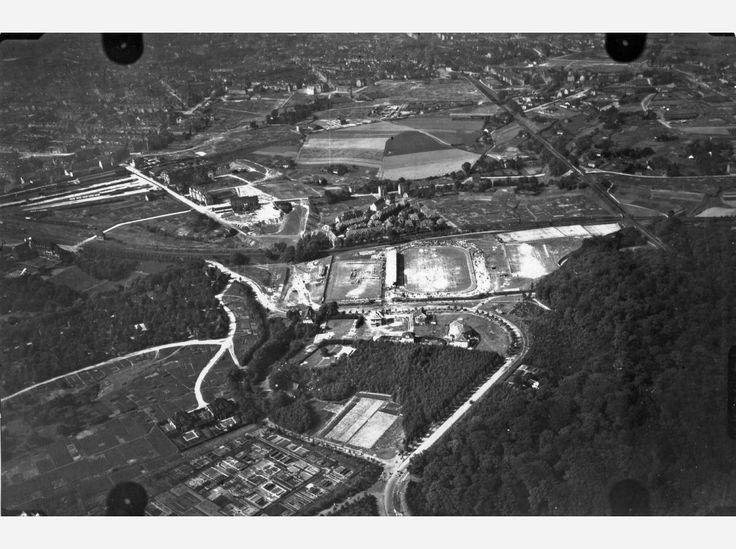 Hier: Flug 13, Bild 325. Position der Kamera: fotografiert über dem heutigen Essen-Stadtwald, etwa über dem Bereich zwischen Uhlenkrug-Stadion, Eschenstraße/Platanenweg und Eichenstraße/Büttnerstraße/ Von-Bodenhausen-Weg. In der Bildmitte ist das Uhlenkrug-Stadion zu erkennen.