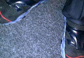 7-Nov-2014 10:47 - AGENT IS SCHOENEN KWIJT NA MOSKEE-BEZOEK. Een wijkagent in het Haagse Morgenstond kon gisteravond op zijn sokken terug naar het politiebureau. Tijdens een bezoekje aan de moskee is zijn…...