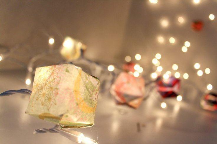 déco originale de guirlandes lumineuses avec de petites cubes en papier plié