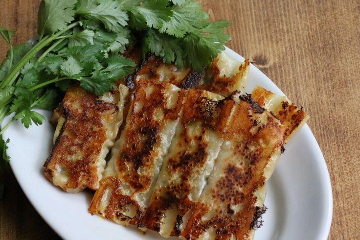 こんにちは、料理研究家のエダジュンです。雨のジメジメもあと少し、もうすぐ夏です! おつまみも夏の準備をしませんか? 今日はピリッとした辛さがクセになる、包み方も簡単な「タコス風棒餃子」です。チーズの風味とパクチーでビールぐびぐびですよ。 エダジュンの「メキシコ風棒餃子」 【材料】(作りやすい量) 餃子の皮(大判) 8枚 (A) 牛豚あいびき肉 100g パクチー 1株(みじん切りにする) ピザ用チーズ 20g ケチャップ 大さじ1 カレー粉 小さじ1 タバスコ 小さじ1/2 塩 粗挽き黒こしょう 少々 サラダ油 大さじ1 作り方 1. ボウルに(A)を入れて、あいびき肉に粘りが出るまでよく混ぜ…