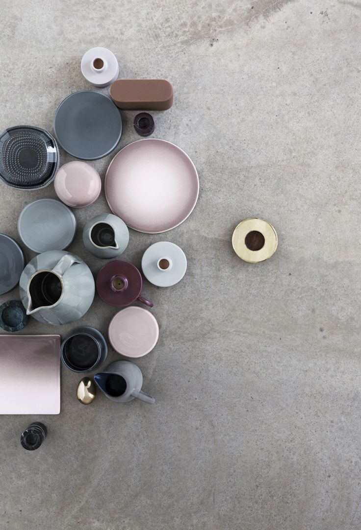 Piatti, ciotole & teiere in rosa antico e azzurro-grigio su cemento. Dishes, bowls & teapots in pink and grey-blue on concrete. Fotografia / Photography: Heidi Lerkenfeldt #vemrosa #vemgrigio