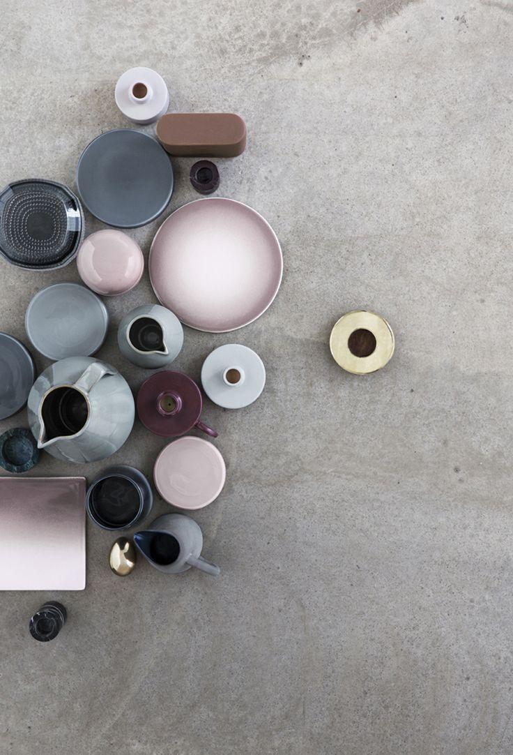 Piatti, ciotole & teiere in rosa antico e azzurro-grigio su cemento. Dishes, bowls & teapots in pink and grey-blue on concrete. Fotografia / Photography: Heidi Lerkenfeldt #vemrosa #vemgrigio