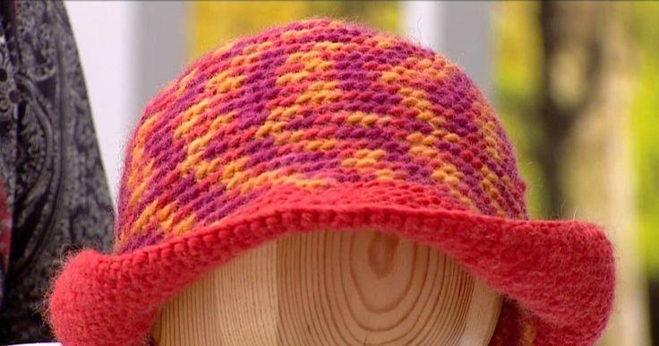 """Güllühan Bakar """"Düşes Kate Middleton"""" şapkasının yapımını gösteriyor."""