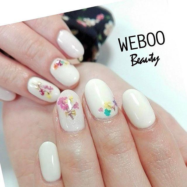 ・ +++やり方+++ ・💅💅💅 1、ベースのクリアジェルを塗る 2、右人差し指と小指、左親指と薬指にパステルピンクを2度塗りする 3、その他の指にパステルイエローを2度塗りする 4、押し花をのせる位置にかためのクリアジェルを塗り、画像のように押し花を配置する(1本ずつ仕上げる) 5、花束風にする指に三角のスタッズをリボンに見えるよう配置する 6、トップジェルを塗る ・ ※各工程のあとにUVライトかLEDライトで硬化してください。 ・ +++💖使用したもの+++ ベースジェル(パラジェルEXクリア) カラージェル(リーフジェル、べトロ) トップジェル(Ibd) ・ +++💡コツ・ポイント+++ 天然の押し花は壊れやすいので慎重に扱ってください。 トップジェルを塗るときも押さえたり擦ったりせず、ふんわりのせるようにするとよいです。