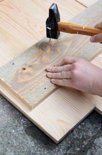 Récemment, tendance boho oblige, on craque pour ces tableaux en bois XXL frappés d'un message inspirationnel. Découvrez notre version DIY.