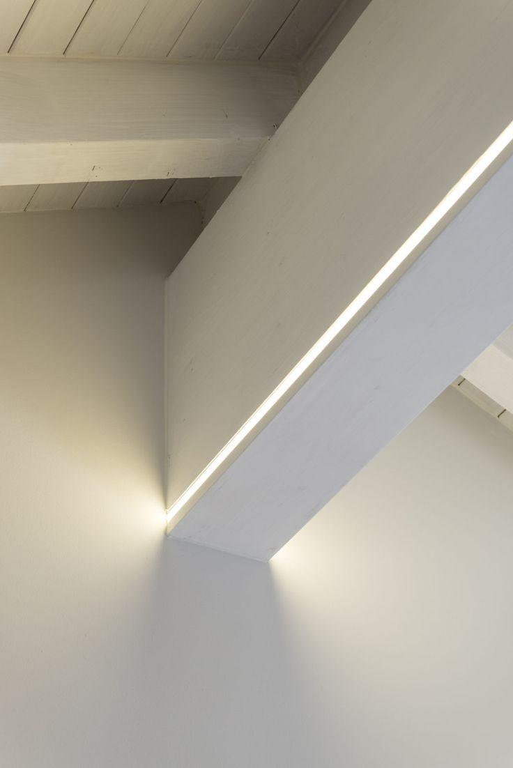 Sulla trave portante LED strip dimmerabili segnano le geometrie dello spazio come lame di luce. (y) Particolare dell'intervento effettuato sulla trave di colmo)