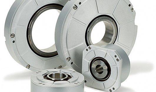 Per la misurazione di angoli HEIDENHAIN offre una ampia gamma di sistemi di misura a seconda dei diversi requisiti di accuratezza.  I campi di impiego di questi encoder sono ad esempio tavole rotanti e teste orientabili di macchine utensili, assi C per torni, macchine di misura per ruote dentate, cilindri di stampa per macchine tipografiche, spettrometri o telescopi.