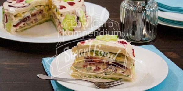 Ein bunter frischer & gesunder Hingucker für deinen Grillabend oder deine Party. Eine leckere Salattorte, die auffällt.