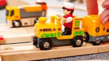 Поезда и машинки.  Развивающий мультик для детей. Железнодорожный переезд http://video-kid.com/10132-poezda-i-mashinki-razvivayuschii-multik-dlja-detei-zheleznodorozhnyi-pereezd.html  Развивающий мультик для детей с игрушками Брио и Plan Toys - Учим правила безопасности на железнодорожном переезде! И смотрим, куда едут игрушечные поезда и паровозы. Мультики про машинки и паровозики. Сегодня маленькие машинки выехали с Brio парковки и отправились к железнодорожному переезду. Выучим правила…