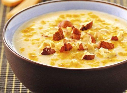 Soupe au chou-fleur, au curcuma et aux noisettes