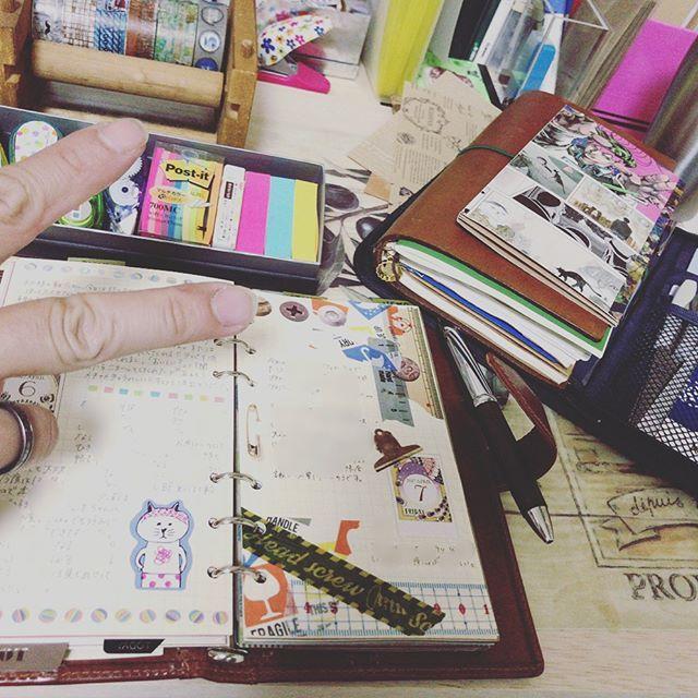 今日の手帳時間。 またフレームインしてやがりますね( ´˂˃` ) ロマさんにしてから日記が滞る事なく書けています♪ リンネルのマルチケースは今の所持ち歩く時に使いたいシールや付箋収納になっています。 #だが断る こと岸部露伴の載った美術展のチラシが気に入ったのでそれで簡単な見開きを作って中に付箋を貼り付けています。 三枚目はこの前紹介したラミーのケースなんですけど、使う際にこうやって蓋を裏返すと傾斜がついて取りやすいという事が新たに判明しました😳✨ #travelersnotebook#travelersnote#journal#diary#planner#トラベラーズノート#トラベラーズノートパスポートサイズ#能率手帳#日記#手帳#手帖#ライフログ#ロロマクラシック#ダヴィンチ#システム手帳#野帳ノート#測量野帳#ピュアモルト