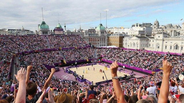 Spectators enjoy the atmosphere during the Men's Beach Volleyball preliminary match / Espectadores disfrutan la atmósfera durante los primeros partidos del Voley playa de hombres