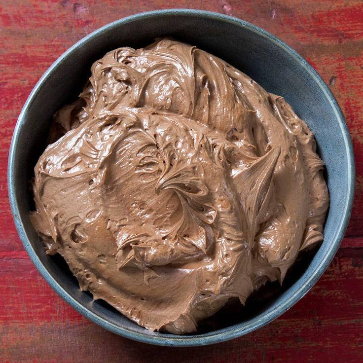 Deze zijdezachte chocoladebotercrme is perfect om taarten mee af te