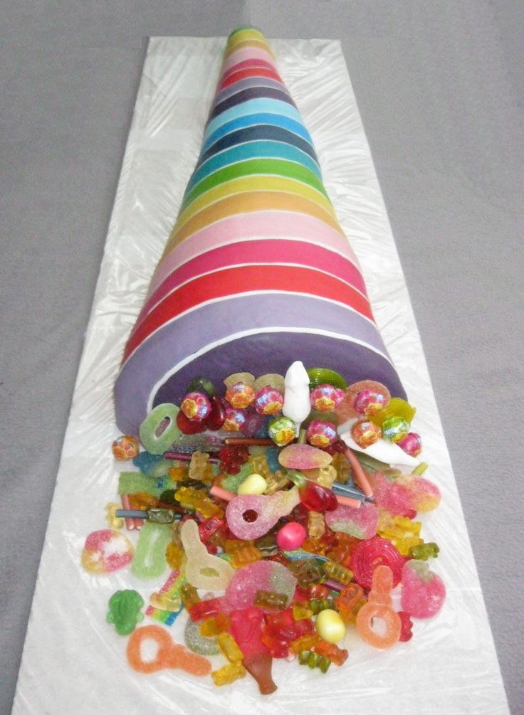 Eine 1,20m große, kunterbunte Schultüten-Torte mit vielen Süßigkeiten für insgesamt 12 Schulanfänger.