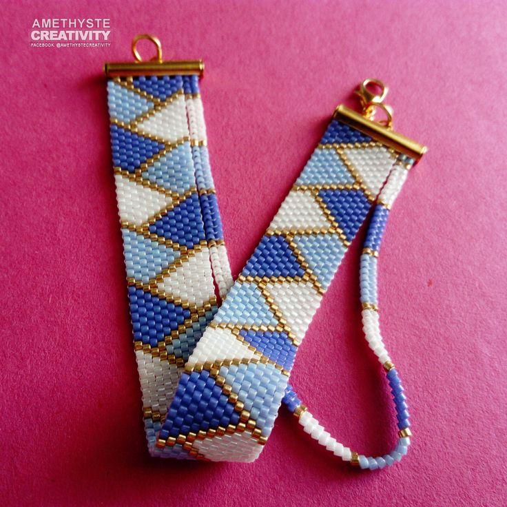 Manchette tissée à la main réalisé en Peyote* avec des perles Miyukis Delicas 11/0. Fermoir et embouts couleur argentés.