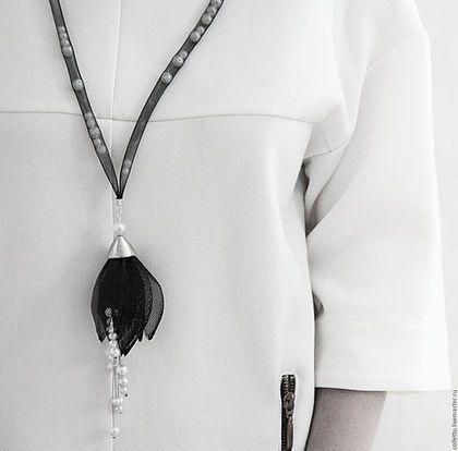Купить или заказать Сотуар 'Черный тюльпан' в интернет-магазине на Ярмарке Мастеров. Сотуар 'Черный тюльпан'. От французского выражения porter en sautoir, что можно перевести как «носить на спине, носить через плечо, крестообразно, крест-накрест». Легкое и изящное украшение прекрасно будет смотреться во всех этих вариациях и подчеркнет Вашу индивидуальность. Бусины внутри сетки можно перекатывать и при носке на спине, спереди можно сформировать жемчужное колье, а сзади очаровательный…