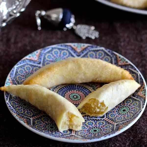 La corne de gazelle, l'incontournable pâtisserie traditionnelle marocaine à base de pâte d'amande et de fleur d'oranger et en forme de croissant de lune.