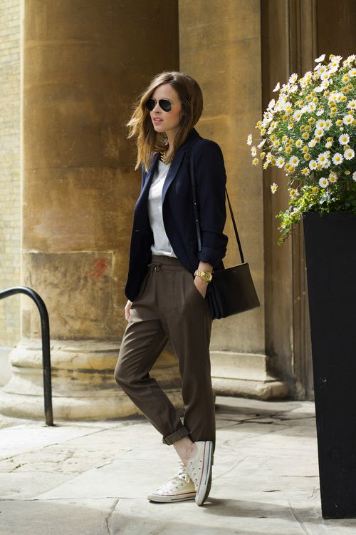 Street style | Trousers, blazer and sneakers