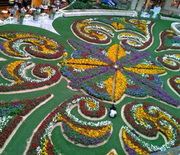Cada año el centro comercial Santa Fe Medellín se une a esta gran fiesta y arma un gran tapete de flores en su plazoleta principal.