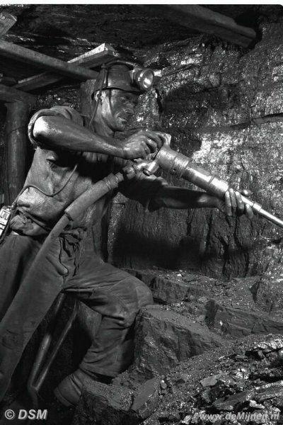 Houwer maakt met de afbouwhamer kool los in een pijler van de Staatsmijn Emma. Omstreeks 1954