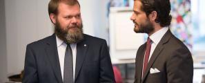 Prins Carl-Philip ochordförande Bengt-Erik Johansson samtalar när Prinsen besöker Dyslexiförbundet FMLS i maj 2014. Bild: Göran Segeholm