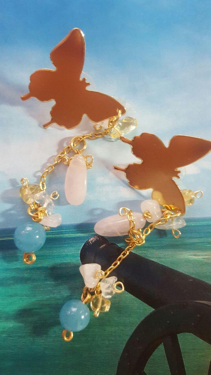 Mariposas paseando cuarzos aguamarinas... Aretas enchapadas en oro, cuarzos rosas, citrines, aguamarinas