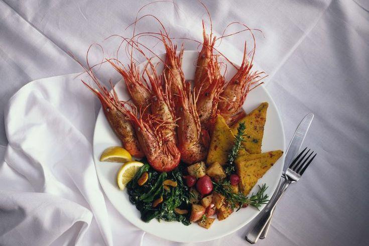 Cómo cocinar langostinos. Un tipo de mariscos, los langostinos, parecen pequeñas langostas. Aunque a menudo se venden como gambas o bajo el nombre de