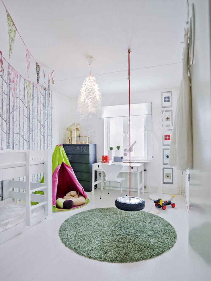 Необычная детская с качелей в центре комнаты и комодом на котором можно рисовать. .