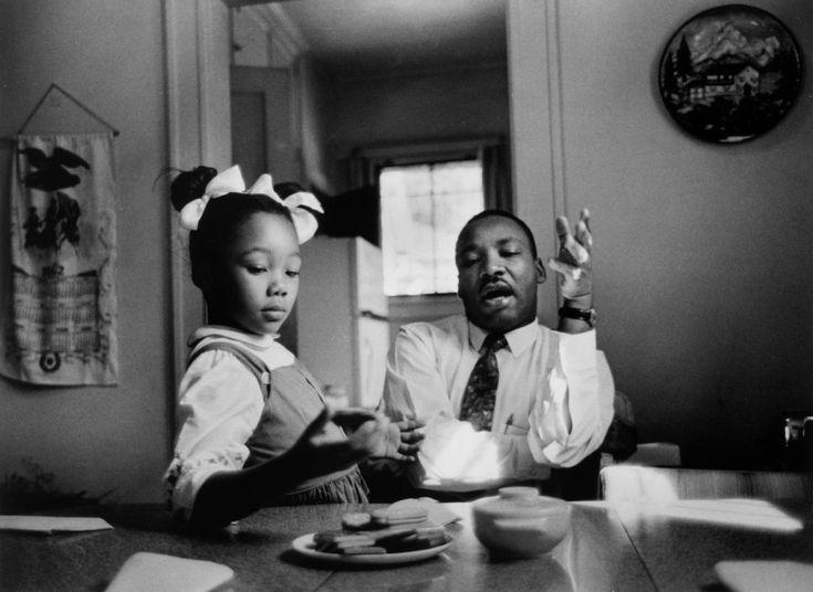 The Rev. Dr. Martin Luther King Jr. and other civil rights leaders relied on the power of photographs to persuade, enrage and motivate. Le révérend Dr. Martin Luther King Jr. et sa fille Yolanda. Atlanta, 1962. Le Dr King et d'autres dirigeants des droits civiques comptaient sur le pouvoir des photographies pour persuader et motiver le changement pendant le mouvement des droits civiques.