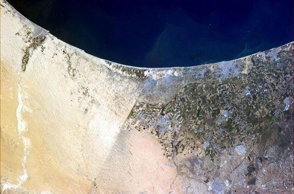 埃及和以色列之間的邊界: 在衛星圖上可以看到一條明確的線分開著左邊的埃及和右邊的以色列。另外,你也可以看到知名的加沙地帶就在照片的正中央,隨著地中海延伸出去。 (Boundary between Egypt (Left) and Israel)