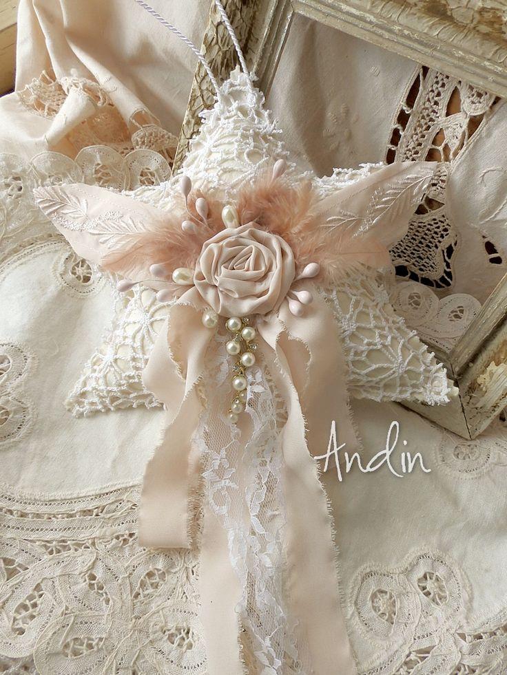Velká vánoční hvězda Shabby chic Krajková hvězda shabby chic Středová dlouhá mašle je zdobena saténovou růží, peříčky, smetanovými perličkami, a perličkovu sponou. průměr 25cm AUTORSKÝ VÝROBEK, NEKOPÍRUJTE