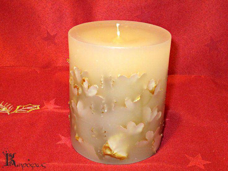 Μικρό στρογγυλό χειροποίητο κερί. Χριστουγεννιάτικα χρυσά σχέδια με άρωμα αχλάδι.