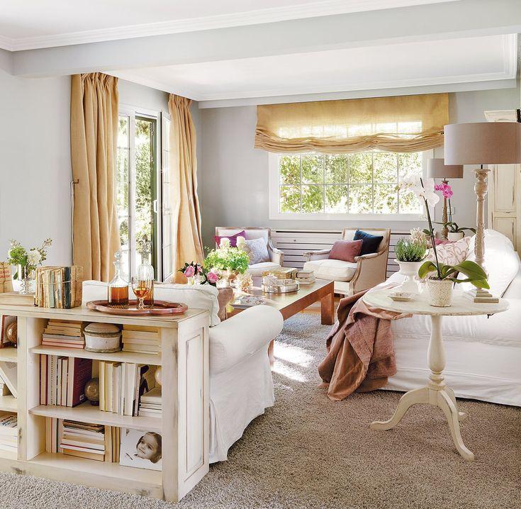 Mueble en la trasera del sofá Sirve para tener espacio extra para guardar y para separar dos ambientes.